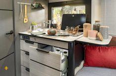 Vollwertige Küche mit viel Arbeitsplatz und Stauraum. (Foto: Trigano)