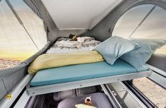 Für zwei Personen als Schlafplatz voll ausreichend: Das Dachbett im Aufstelldach des VanTourers Urban. (Foto: Eurocaravaning)