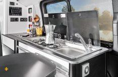 In den Versionen Comfort und Prime kann der Küchenblock herausgenommen und an außenliegenden Anschlüssen als Outdoor-Küche eingesetzt werden. (Foto: Eurocaravaning)