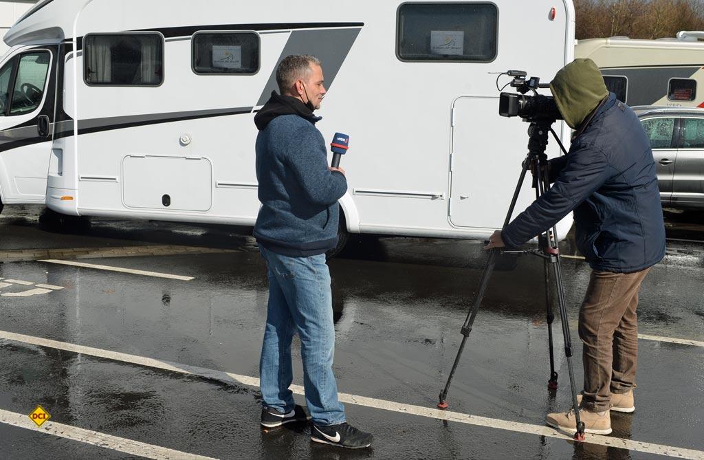 Großes Medien-Echo für den Caravaning-Korso in Düsseldorf: Hier das WDR-Fernsehen beim Interview. (Foto: det/ D.C.I.)