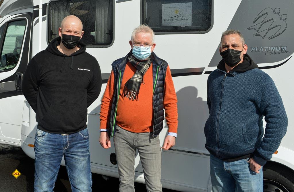 Peter Hirtschulz (mitte) war für die Reisemobil Union RU vor Ort. (Foto: det / D.C.I.)