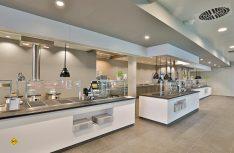 Im Erdgeschoss des neuen Gebäudes profitieren alle Mitarbeiter von Carthago City vom neuen Betriebsrestaurant. Die Speisen werden vor den Augen der Mitarbeiter frisch zubereitet. (Foto: Carthago)