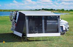 Sonnen- und Windschutz schnell an der Markise angebracht: Das dwt-Markisenzelt Happy Sun für Vans. (Foto: dwt)