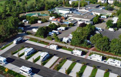 An der Frankentherme Bad Königshofen sind ab sofort wieder medizinisch notwendige Kuren unter Pandemiebedingungen auch mit Aufenthalt auf dem Reisemobil-Stellplatz möglich. (Foto: Frankentherme Bad Könisgshofen)