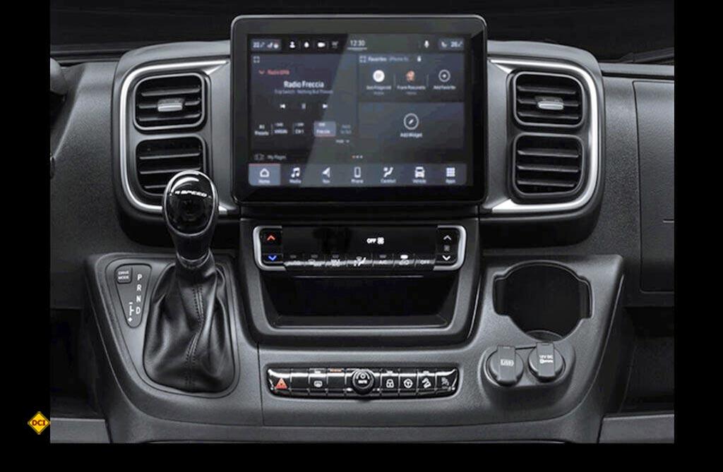 Die Mittekonsole und die Bedienelemente der Klimaanlage sowie der Schalthebel wurden neu gestaltet. (Foto: Fiat)