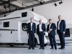 Das Knaus Tabbert Management zeigt sich sehr erfreut über die Geschäftsentwicklung im ersten Quartal 2021: Der Vorstand der Knaus Tabbert AG (v.l.): Marc Hundsdorf (CFO), Wolfgang Speck (CEO), Gerd Adamietzki (CSO), Werner Vaterl (COO). (Foto: Knaus Tabbert / Studio Weichselbaumer)