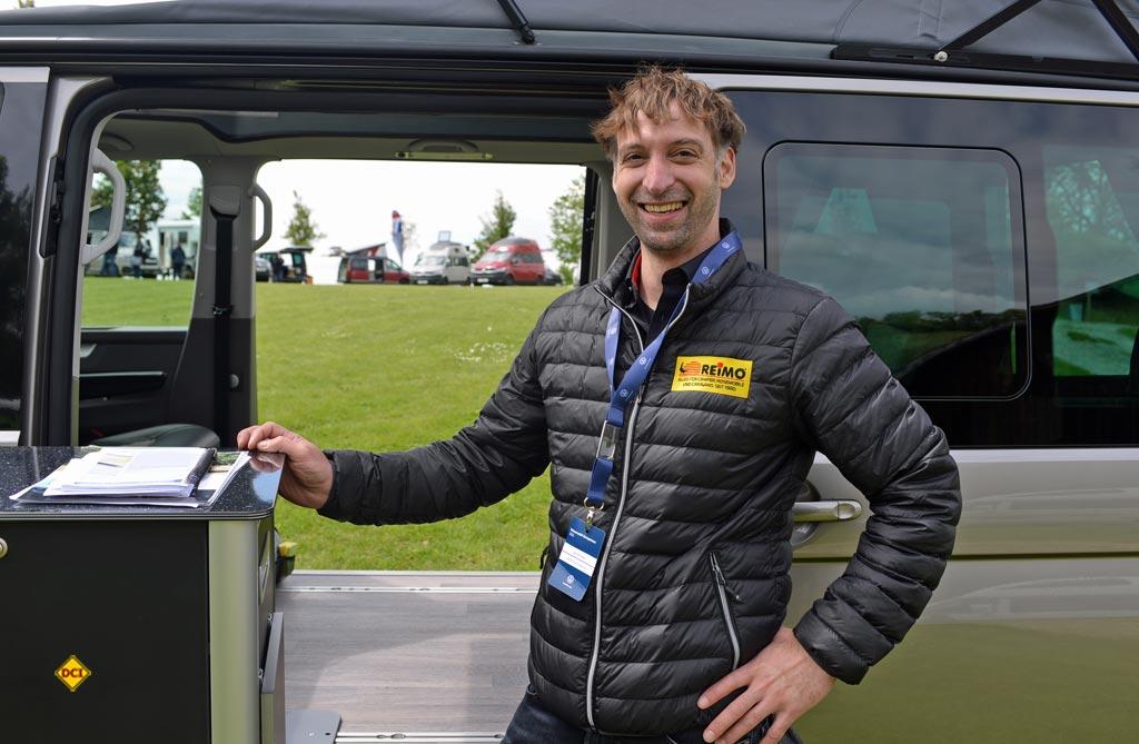 Jan Schelper von Reimo betreut die Reimo Vans. (Foto: det / D.C.I.)
